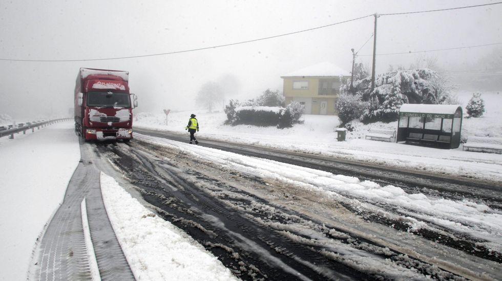Un camión parado en la carretera LU-546 entre el pueblo de Oural y la fábrica de Magnesitas de Rubián, en el municipio de O Incio