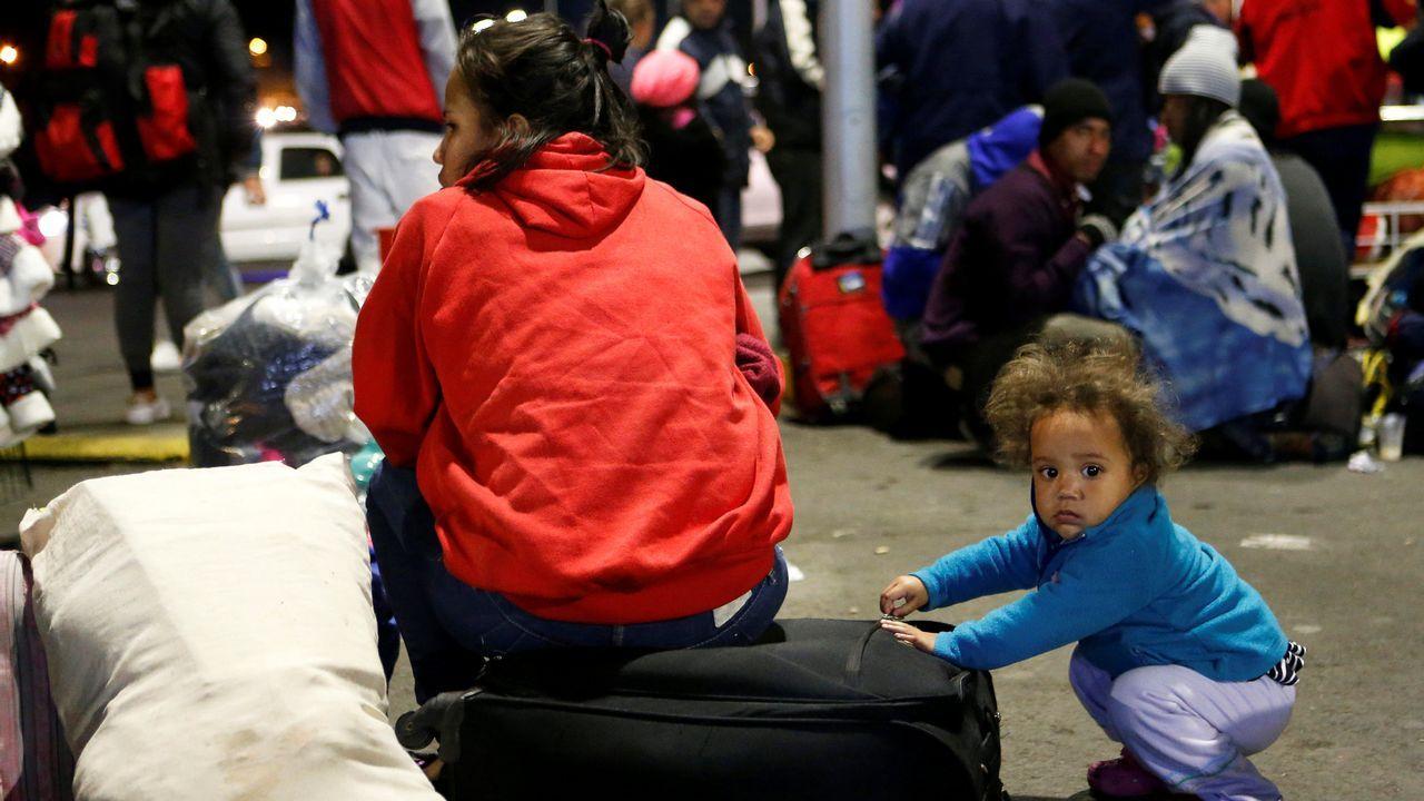Dos niños venezolanos en la frontera de Perú