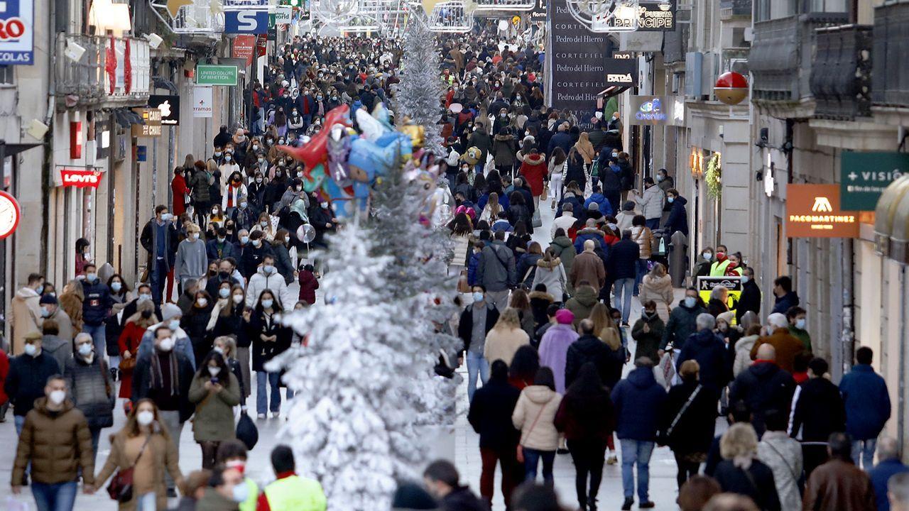 Varias personas esperan para entrar a una tienda de ropa en Oviedo
