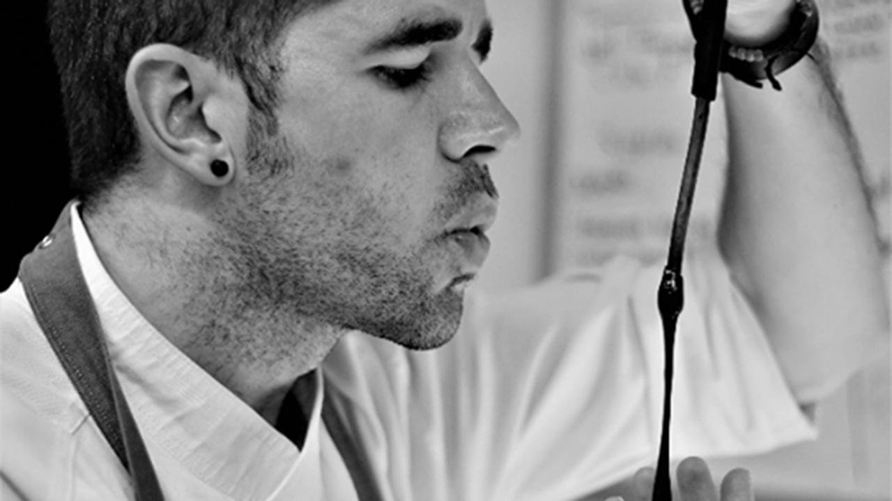 Javier Zearra mientras trabaja como chef