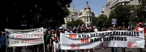 <span lang= es-es >Una semana de movilizaciones en Madrid.</span> Las concentraciones se suceden a diario en la capital de España desde que el Gobierno anunció el nuevo paquete de medidas de ajuste por valor de 65.000 millones de euros. Ayer, cientos de trabajadores de diferentes ministerios volvieron a manifestarse por diversas zonas de la ciudad, como el paseo del Callao, la plaza de Castilla, y la calle de Alcalá (en la foto), donde cortaron el tráfico durante treinta minutos.