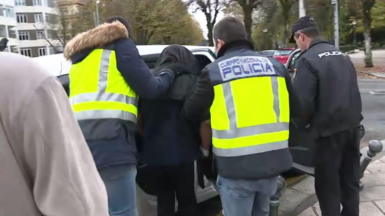 Momento en que el menor es introducido en un coche policial tras salir del juzgado de Lugo