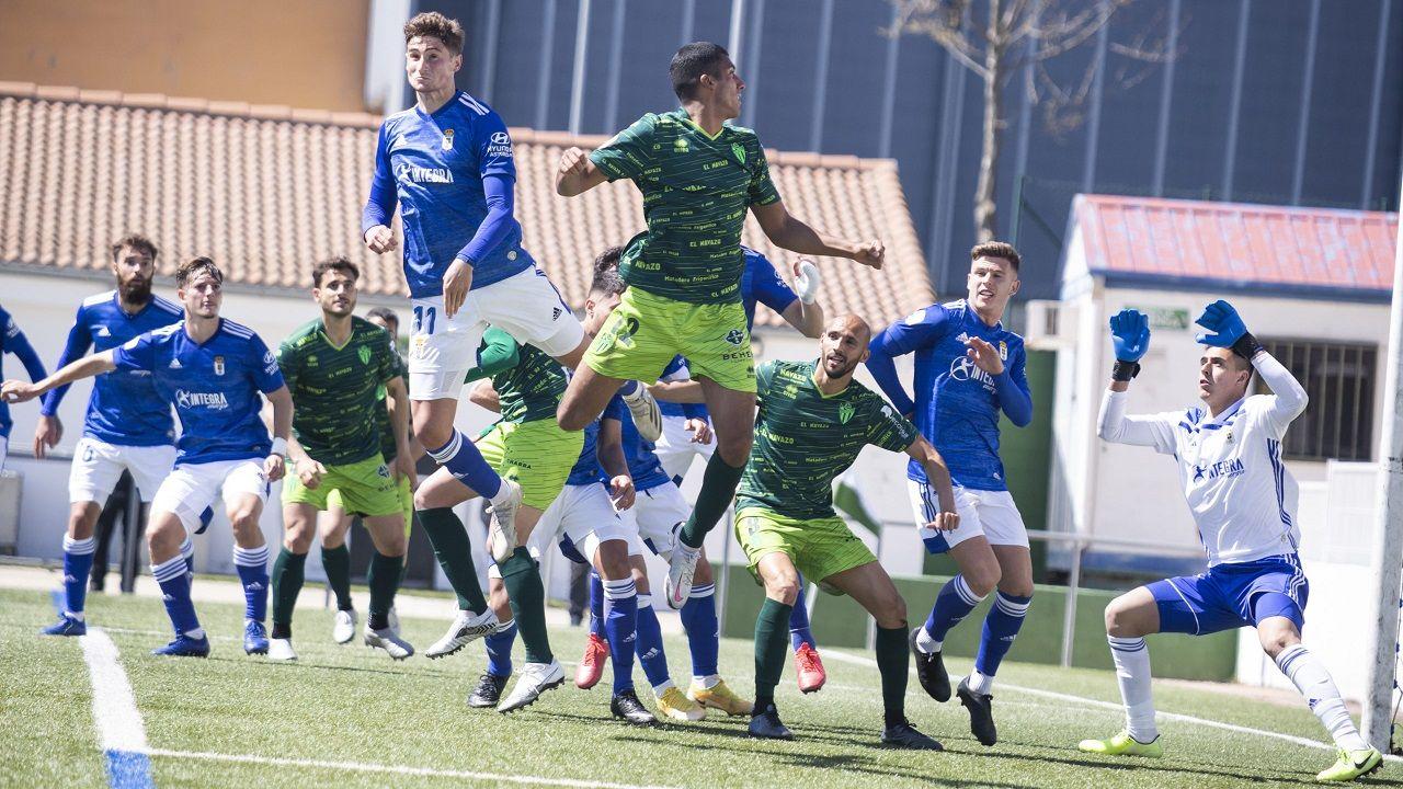 Leschuk Bueno Borja Sanchez Girona Real Oviedo Montilivi.Javi Cueto, en primer plano, despeja un balón durante el Guijuelo-Vetusta