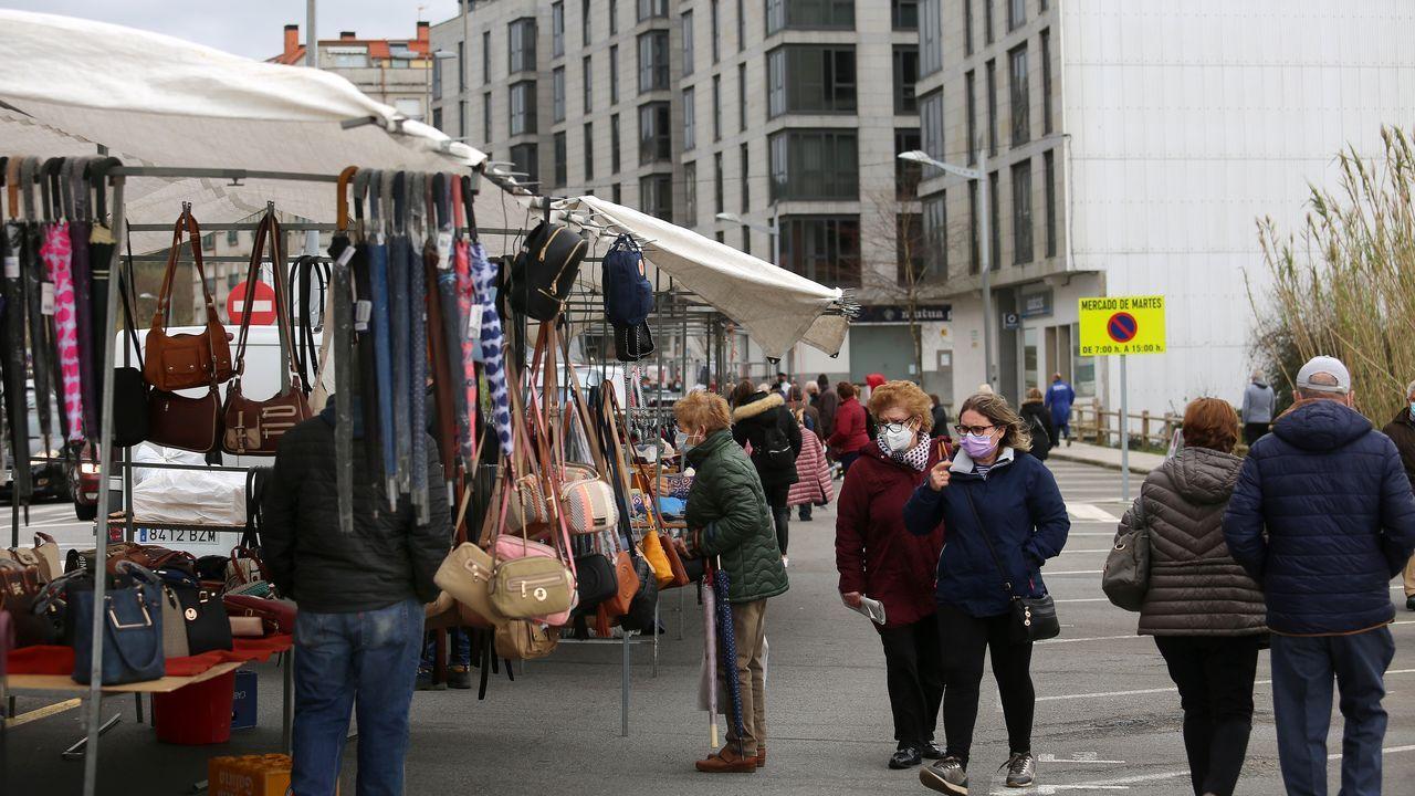 La buena evolución permitió que volvieran los puestos de textil al mercadillo de Boiro