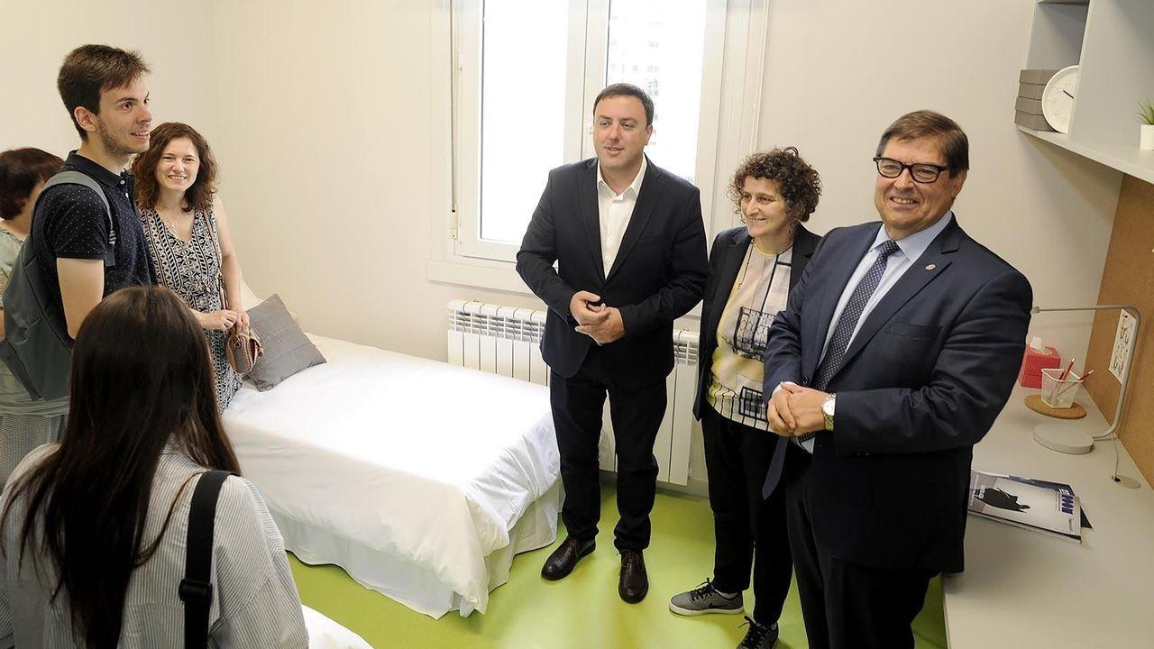 El presidente de la Diputación de A Coruña, Valentín González Formoso (izquierda); la entonces vicepresidenta, Goretti Sanmartín, y el rector de la UDC, Julio Abalde, durante una visita a la residencia universitaria, todavía sin inaugurar, en julio del 2018