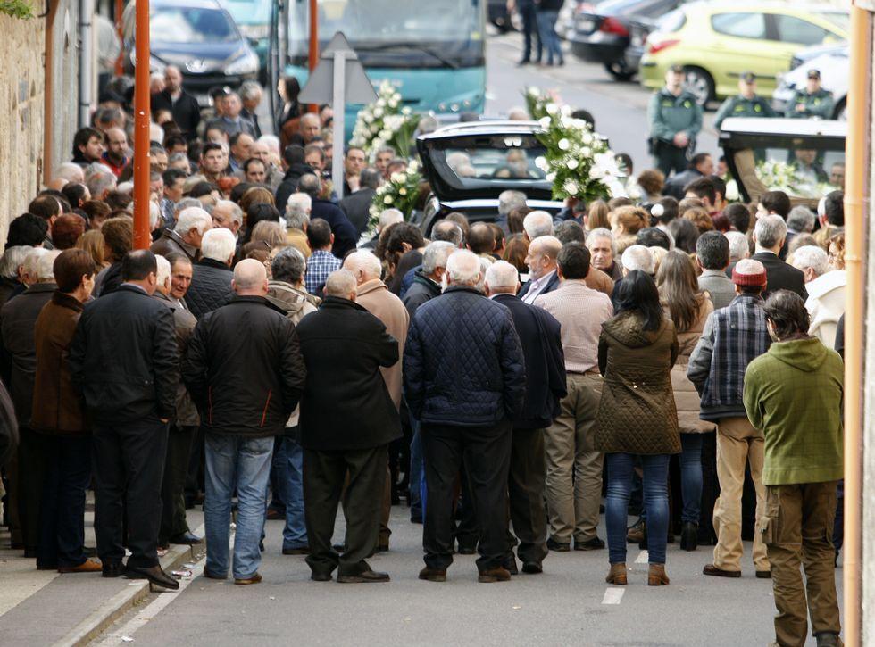 Así fue la botadura del «Carrasco».La entrada del tanatorio, abarrotada de gente poco antes de que saliese la comitiva fúnebre.