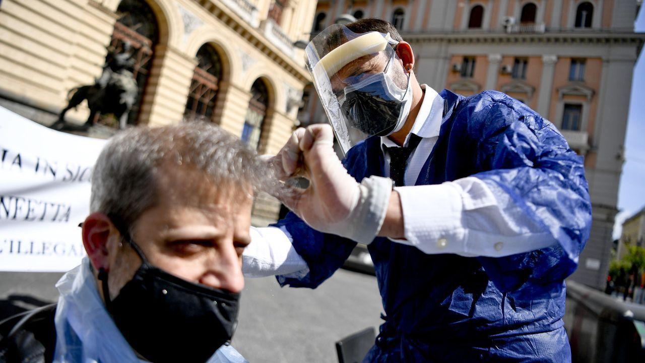 Peluqueros y barberos protestan para pedir la apertura de establecimientos en Nápoles