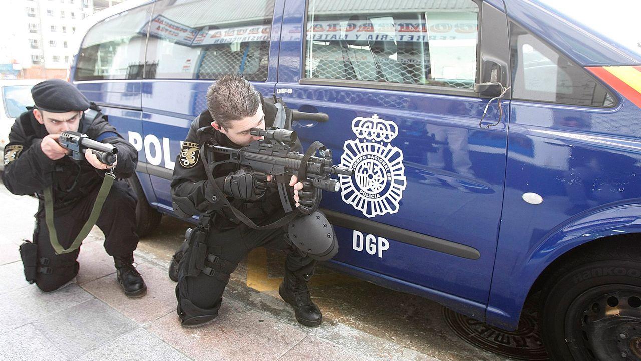 Quema de contenedores en la Sagrada Familia.Una comparsa disfrazada de policías demasiado real alarma a vecinos de A Coruña y obliga a intervenir a los agentes de verdad. Acaban detenidos