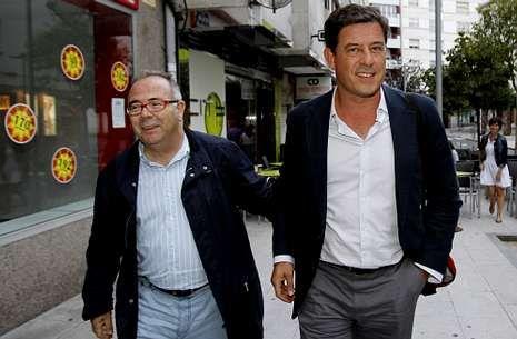 Besteiro (derecha) pide explicaciones al secretario de la agrupación local, Bugallo (izquierda).