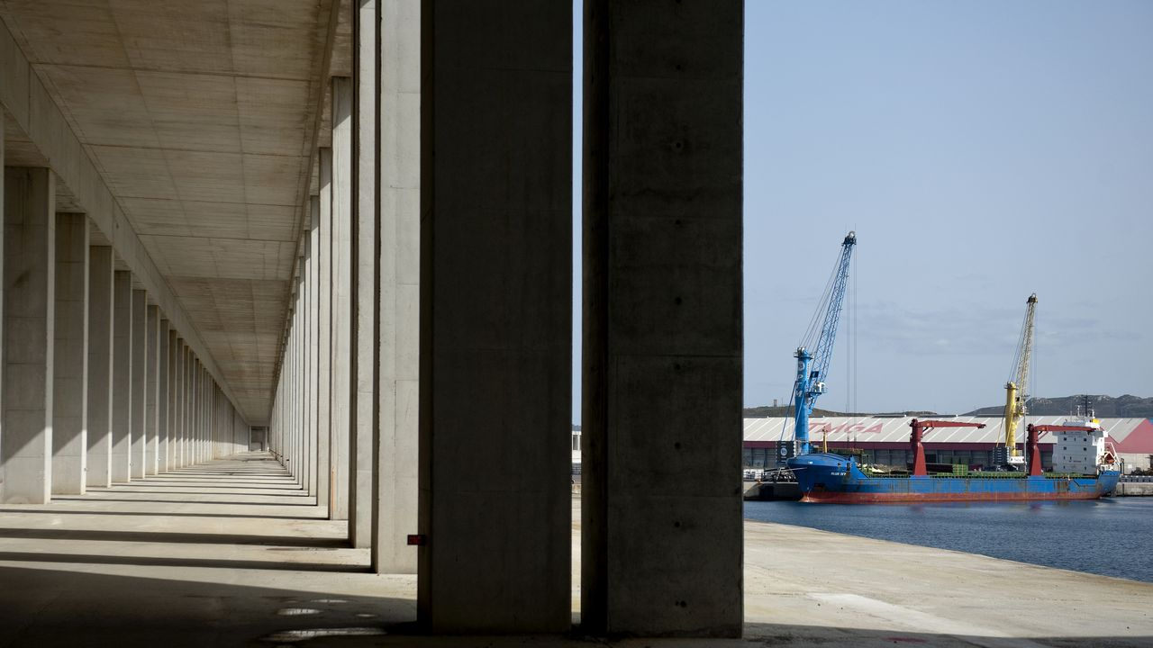 Galería en el puerto Exterior por la que pasará el poliducto de Repsol