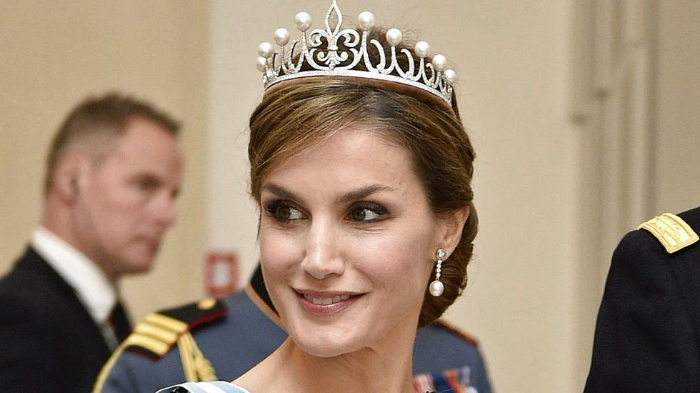La tiara, de oro blanco, lleva engarzados cuatrocientos cincuenta diamantes talla brillante y cinco pares de perlas australianas.