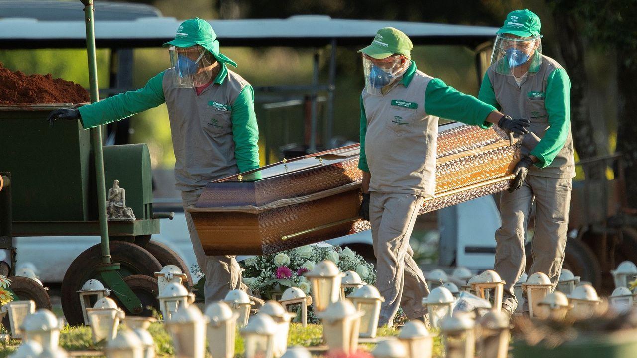 Trabajadores del cementerio Campo de Esperanza enterraban ayer una víctima de covid-19