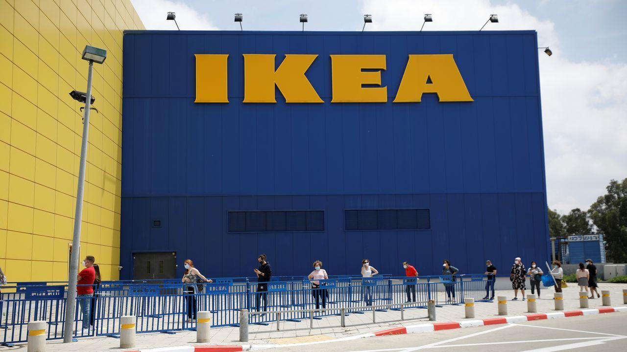 En Netanya, en Israel, clientes de una tienda de Ikea aguardan en el exterior para poder entrar
