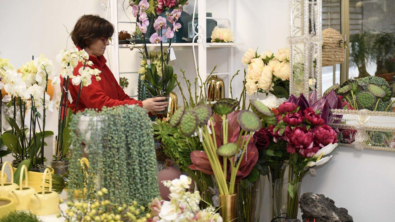 Rosas y dulces en un Día de la Madre en semi confinamiento.Hijo y madre ante el puesto municipal con rosas blancas
