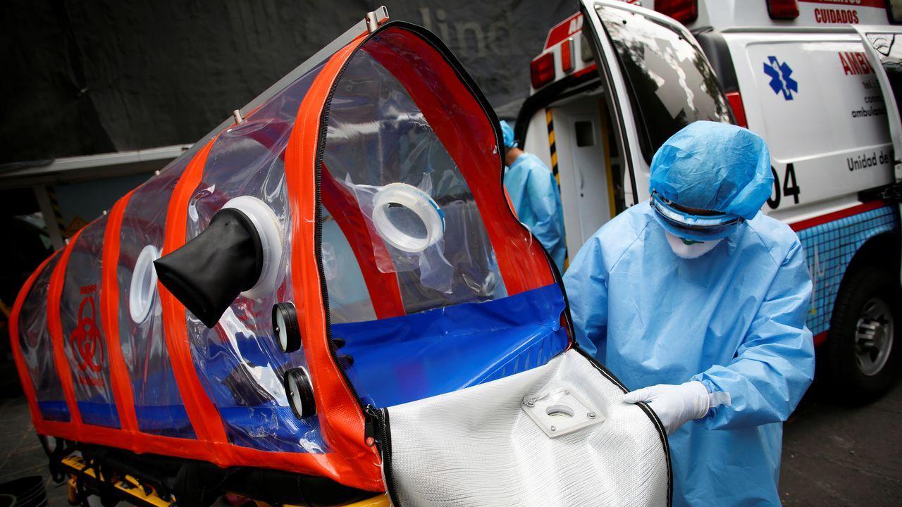 Un sanitario desinfecta una camilla en la que desplazó a un enfermo de coronavirus en Ciudad de México