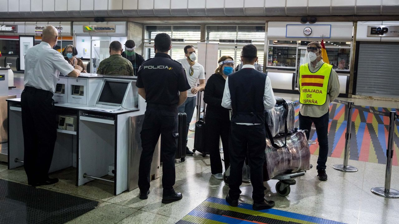 Algunas de las personas de las 376 que volaron a Madrid el día 4 desde Caracas en el cuarto vuelo de repatriación