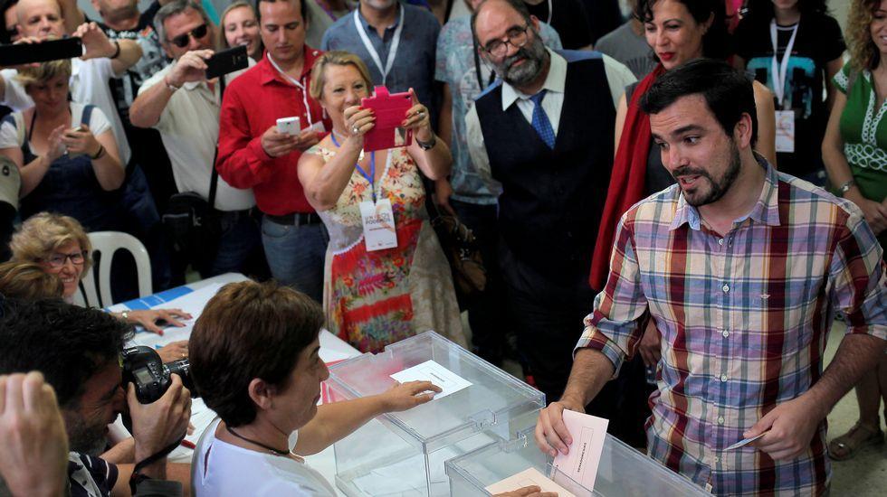 Expectación ante el momento en el que Alberto Garzón deposita su voto
