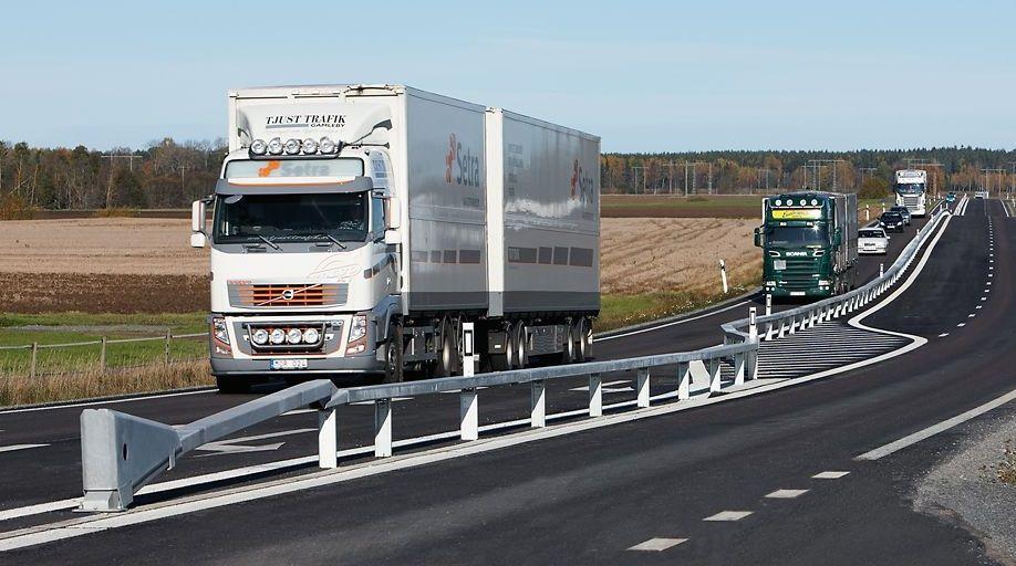 Foto del comienzo de un tramo del tipo 2+1 en una carretera de Cataluña, que permite adelantar sin riesgo de colisión frontal