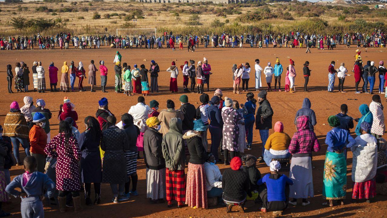 Numerosos ciudadanos aguardaban ayer en una larga cola en la ciudad sudafricana de Johannesburgo por comida, mientras aumentan las consecuencias de las medidas de confinamiento para evitar la propagación del coronavirus
