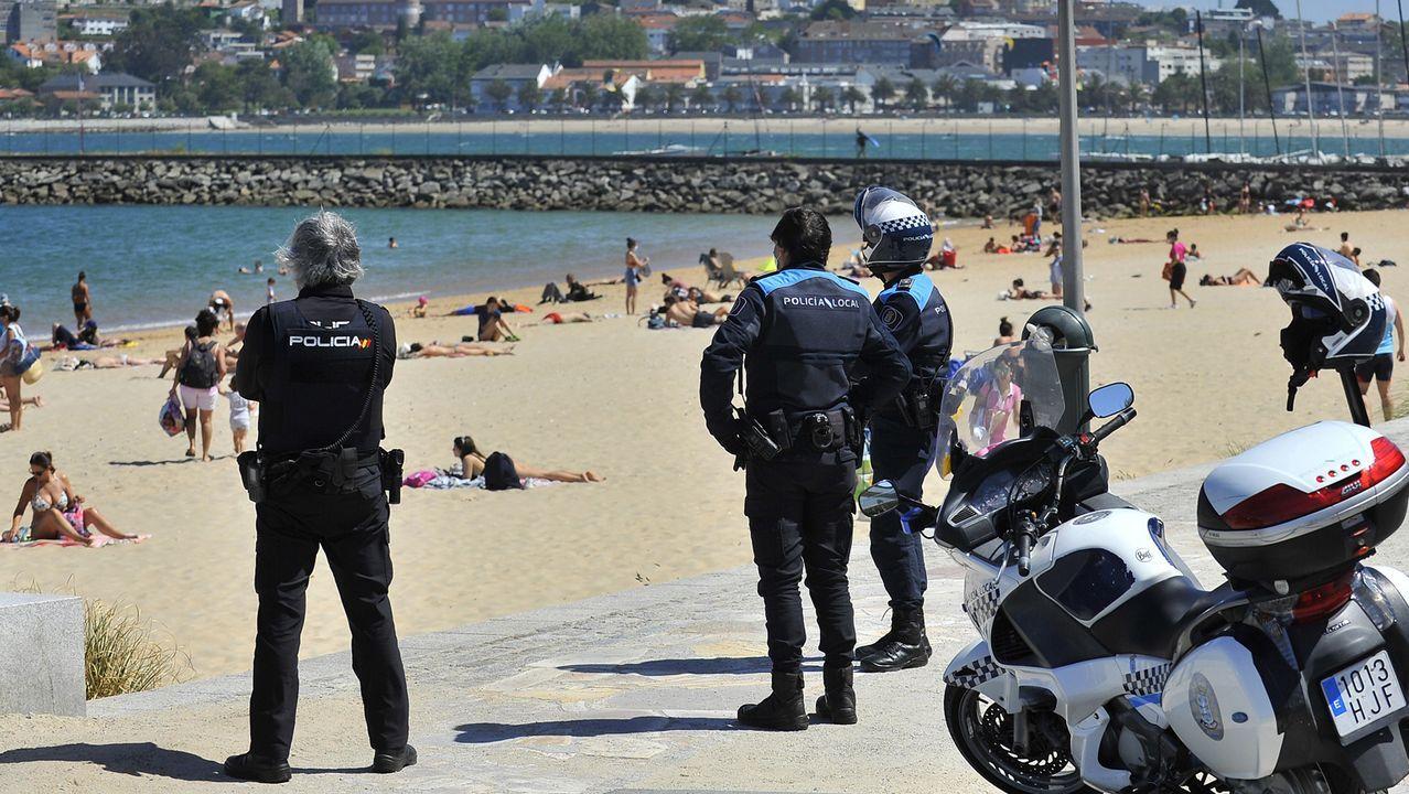 En la playa de Oza, en A Coruña, los agentes han estado vigilantes