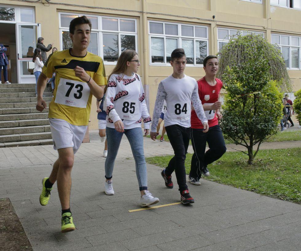 Más de 180 alumnos se sumaron a la carrera solidaria.