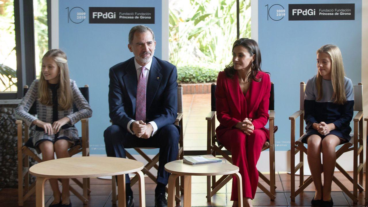 Los reyes acompañados por sus hijas la princesa Leonor y la infanta Sofía, hoy, durante la presentación en el Palacio de Congresos de Cataluña de la décima edición de los Premios Princesa de Girona