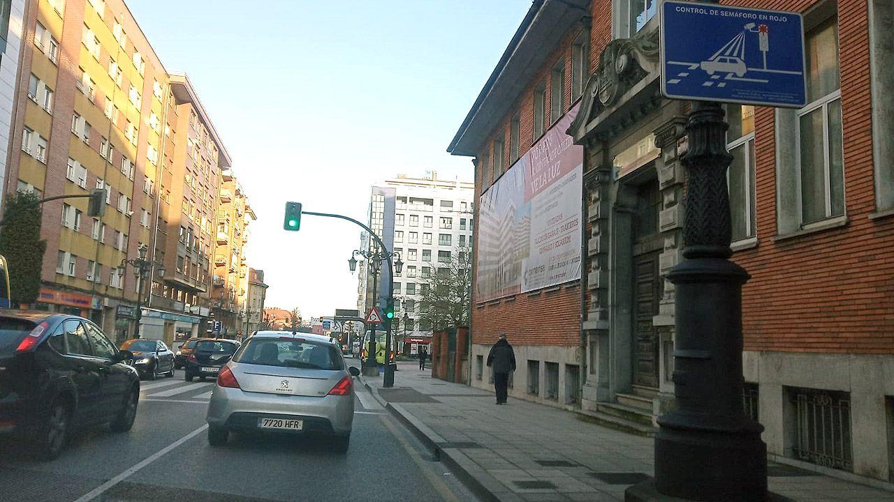 Señal que advierte de la existencia de un «fotorrojo», cámaras que caza a los conductores que pasan en rojo un semáforo