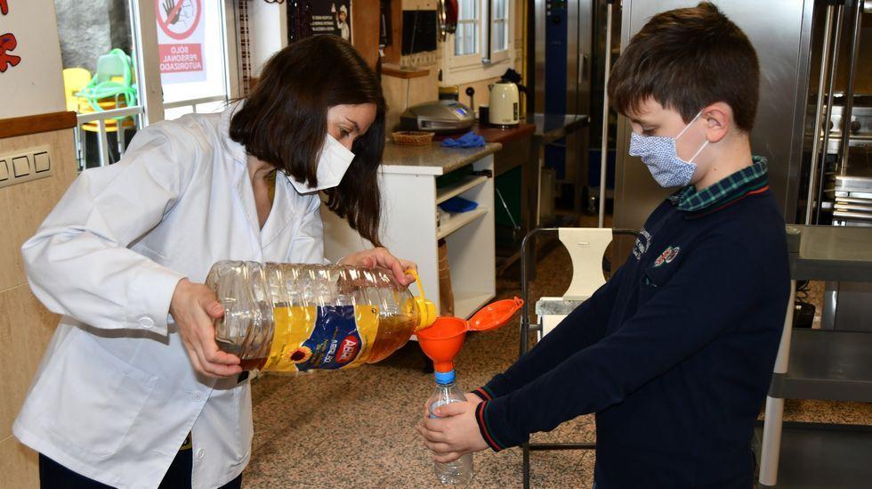 Alumnos de Ourense recogen aceite usado para su reciclaje