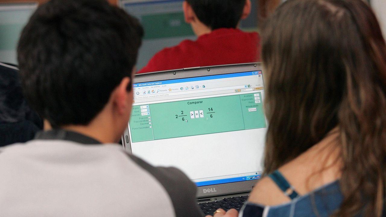 ordenador, brecha digital, educación, alumno, teleformación .Un estudiante maneja una tablet