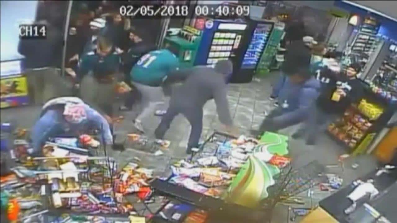 Brutal saqueo a una tienda durante los festejos de la Super Bowl.Modia, en primer plano, con Piqué tras lograr Kosmos la organización de la Davis en Orlando