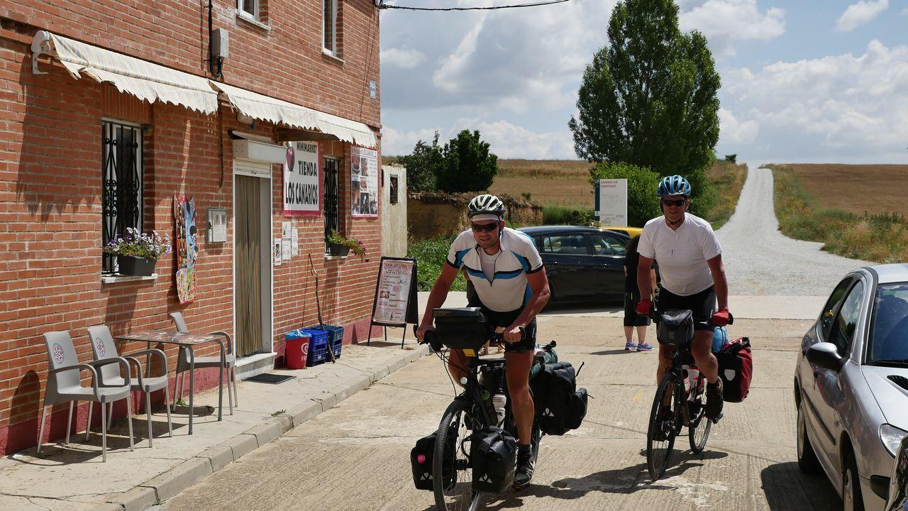 Dos cicloturistas pasando por Calzadilla de la Cueza