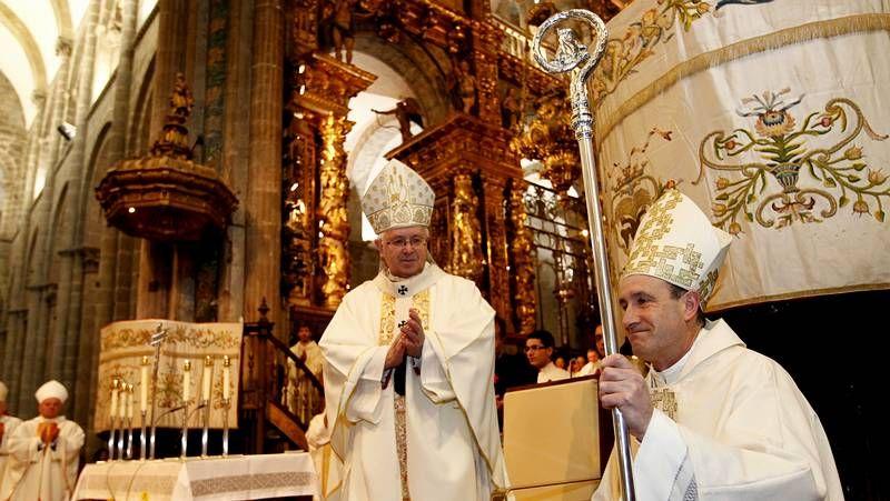 Entierro del cura Manuel Riveiro en Cerceda.El sacerdote leonés de 58 años fue arropado por su familia, que no pudo contener el llanto, sacerdotes y numerosos fieles de las diócesis de Santiago y León.