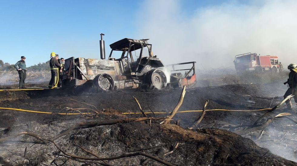 Lo que se cuece estos días en las bodegas de Ribeira Sacra.Las llamas destruyeron el tractor, que trabajaba al lado de la carretera que lleva de Abuíme a Cazón
