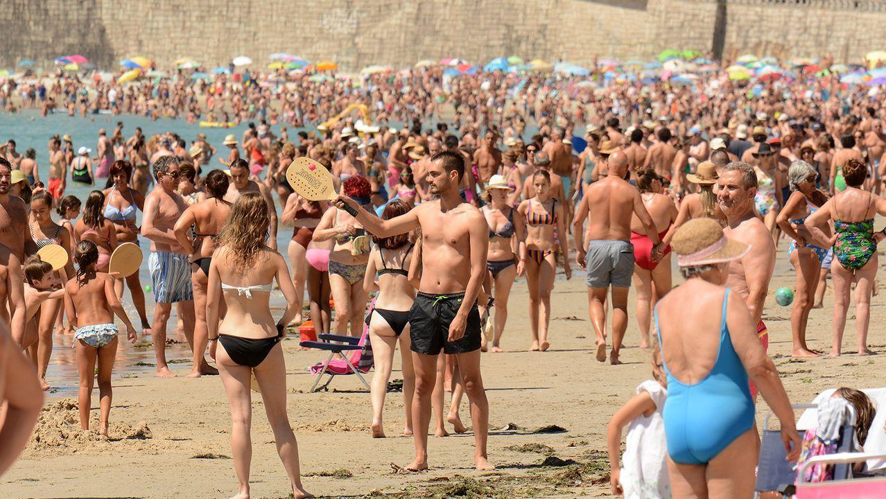 El calor desbordó las previsiones.Rajoy, paseando por la ruta del Umia