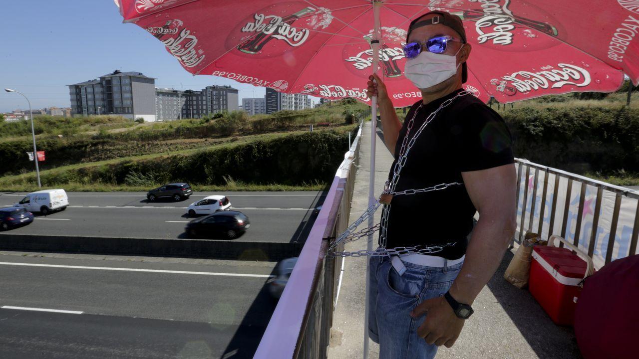 Un hombre se encadenó a la pasarela de Alfonso Molina por la demora en la entrega de los pisos del parque Ofimático