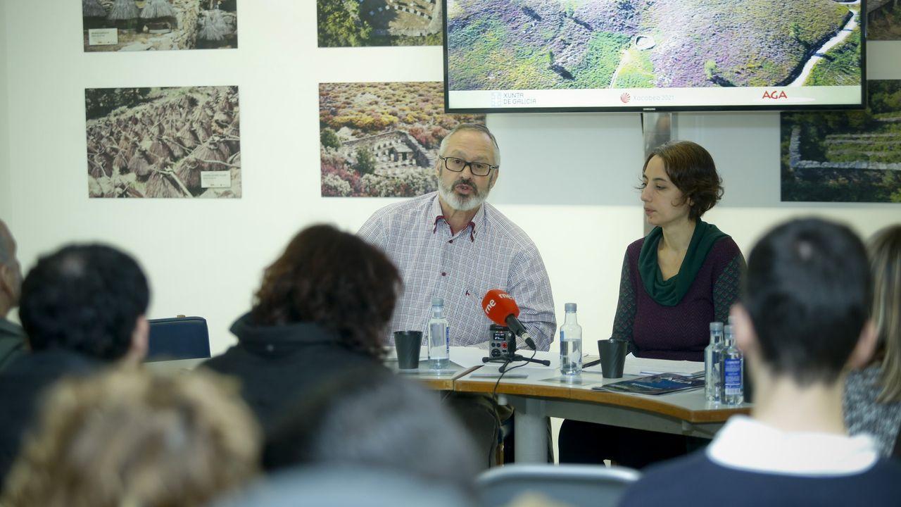 Diez propuestas para un baño de bosque en Galicia.Jesús Calleja y Rubina Rodríguez, en el helicóptero