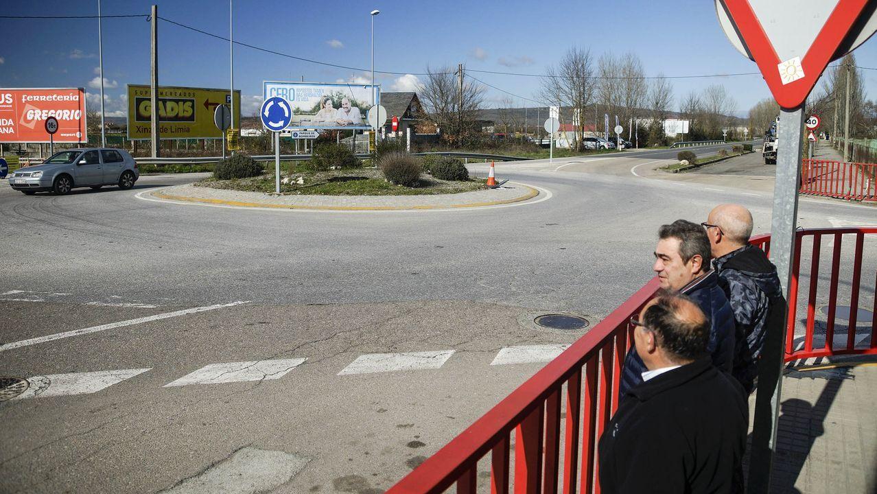 Control de alcohol y droga en conductores tras el xoves de comadres.Uno de los detenidos en Ourense, rodeado de guardias civiles a la salida tras el registro de una casa en la calle Burgas