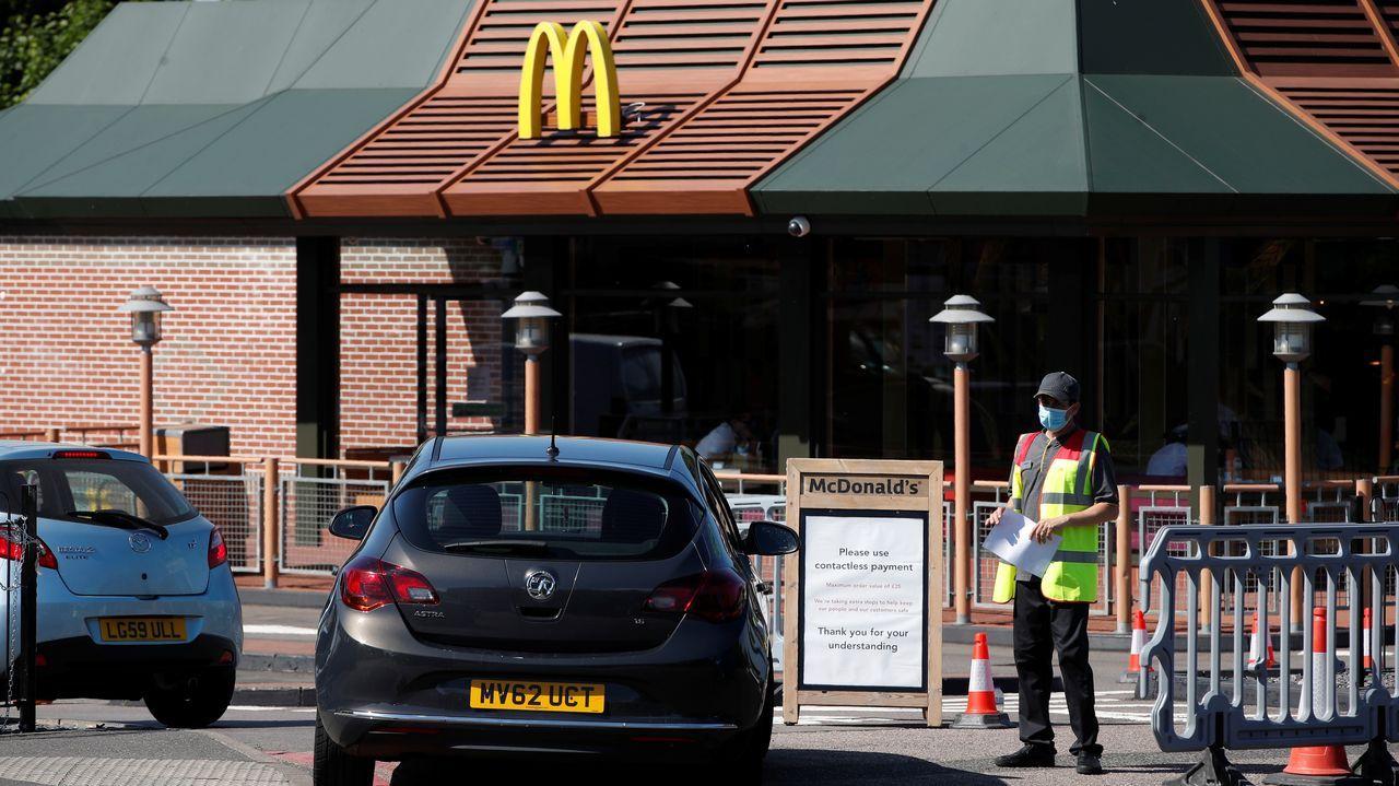 Los locales de McDonal' s en el Reino Unido, como el de la imagen en Sutton, están abiertos solo para recoger comida desde el coche