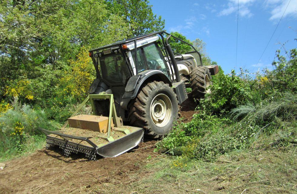 Uno de los tractores en acción, fotografiado por los propios denunciantes