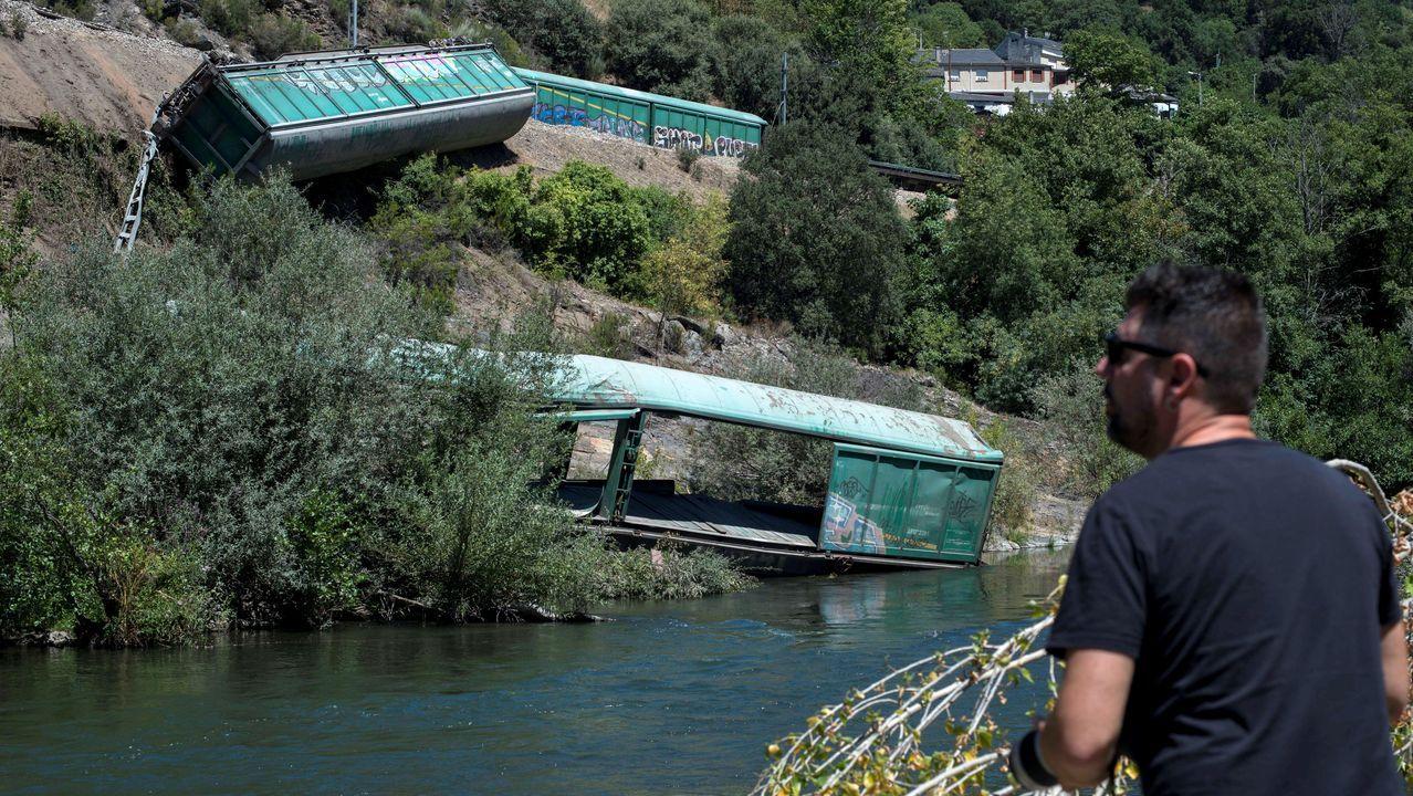 Así se está retirando el último de los vagones despeñados al cauce del Sil.Las conselleiras de Infraestruturas y Medio Ambiente visitando la zona donde se han tirado los vagones