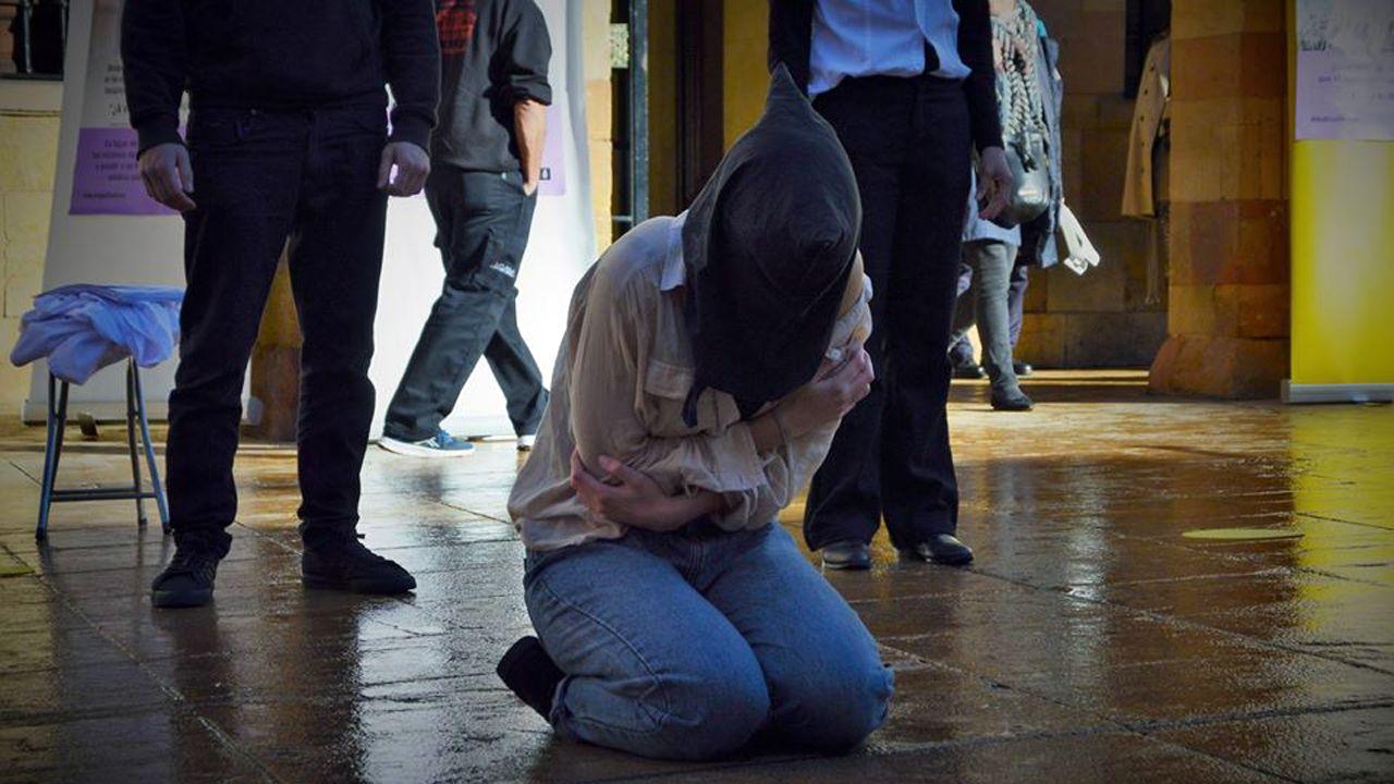 Perfomance contra la violencia de género en la plaza del Ayuntamiento de Oviedo