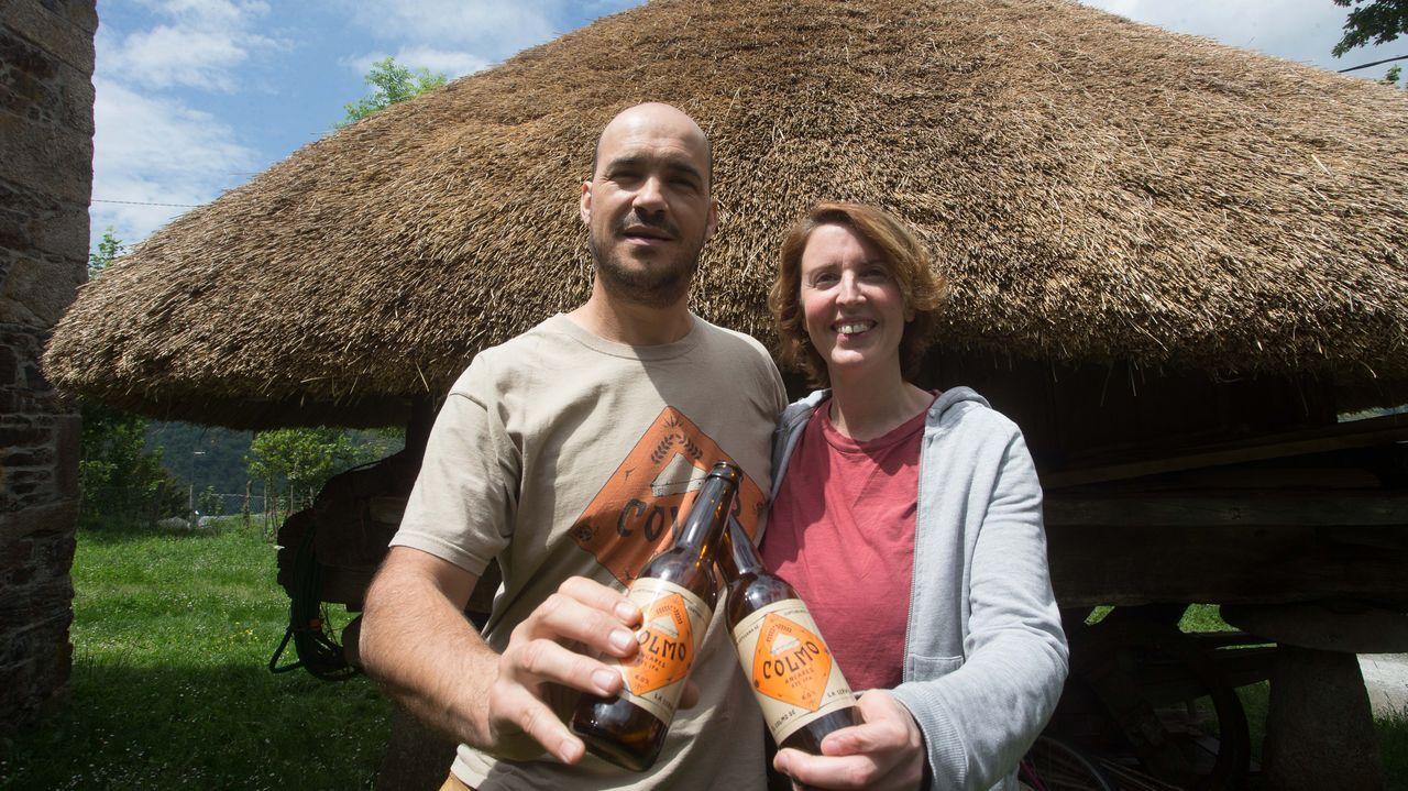 Estas son las mejores zonas fluviales de Lugo.Manuel Gutiérrez y Mireia Rodríguez con las cervezas que producen gracias al centeno que cultivan en Os Ancares