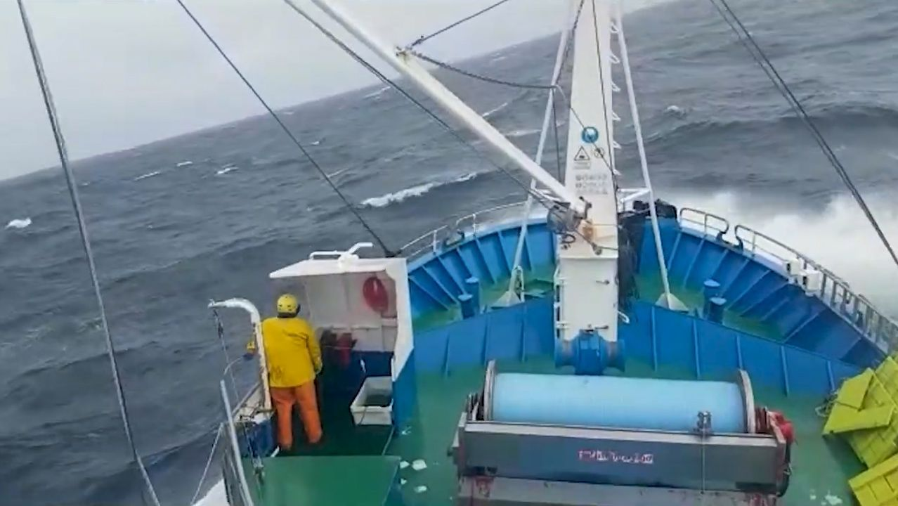 Proa de un espadero gallego, faenando en el Atlántico Norte