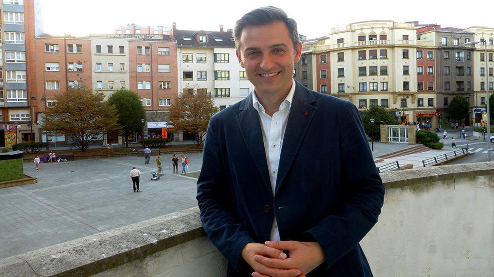 Mieres rinde homenaje al padre Ángel.José María Pérez, portavoz del PSOE en Gijón, en la Casa del Pueblo.