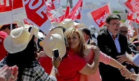 «Con las políticas machistas del PP, tu vientre ya no es tuyo. Les pertenece a ellos».Elena Valenciano, objeto de los comentarios de Cañete, fue recibida de forma especialmente efusiva por los suyos en Valencia.
