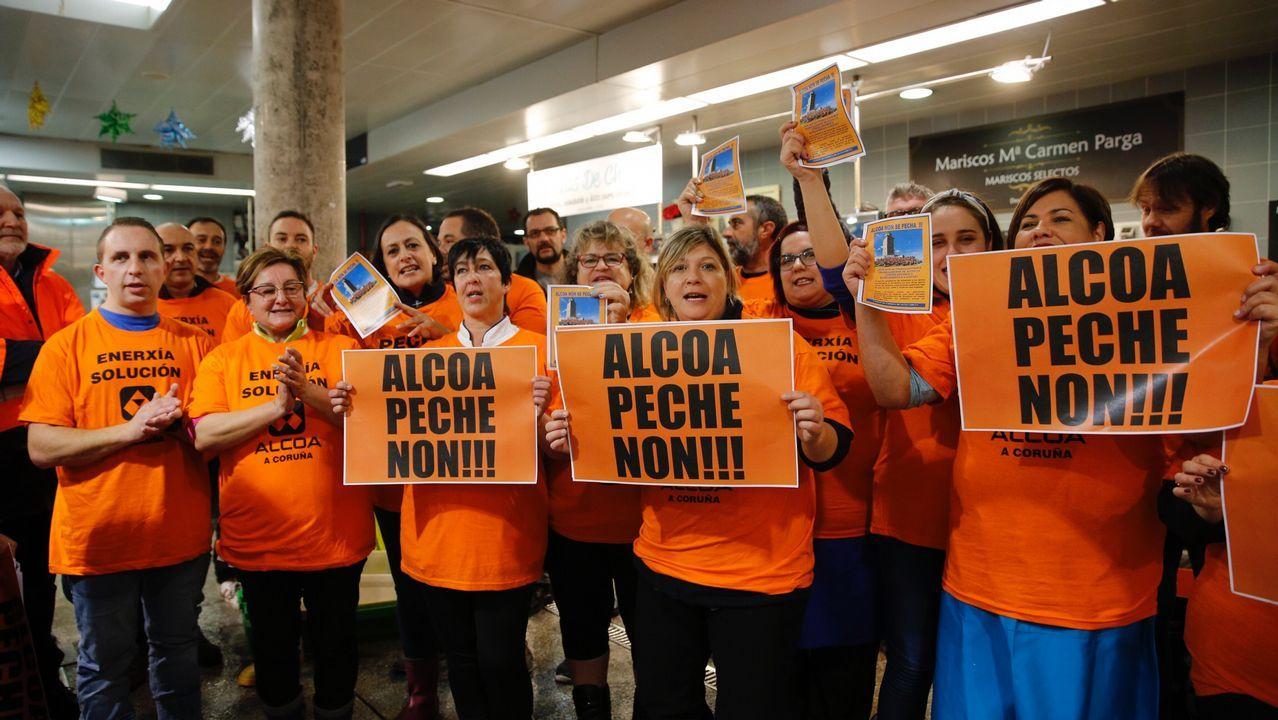 Los trabajadores de Alcoa recorren el mercado e la plaza de Lugo