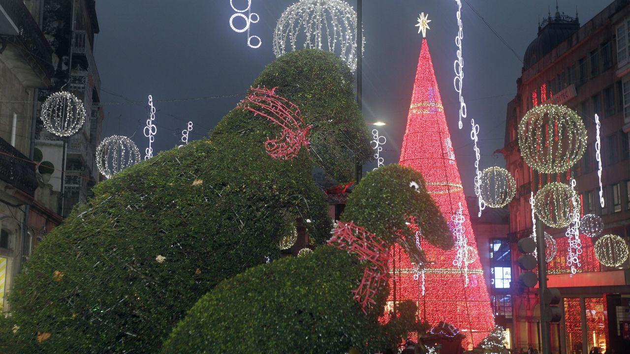 23/11/2019: Vigo encendió sus famosas luces de Navidad, provocando una lluvia de selfies que corrieron como la pólvora en las redes sociales. No solo eso. La campaña de márketing realizada desde el concello ha hecho que la ciudad esté totalmente abarrotada