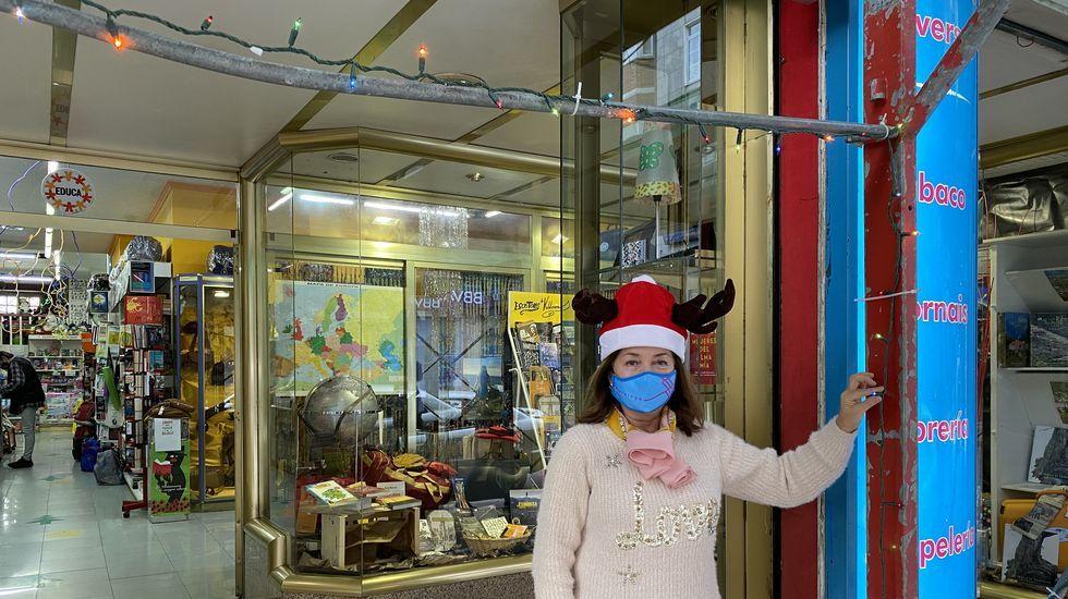 Así es SanAndres21.Manoli colocó el alumbrado navideño en su librería de O Barco el pasado fin de semana