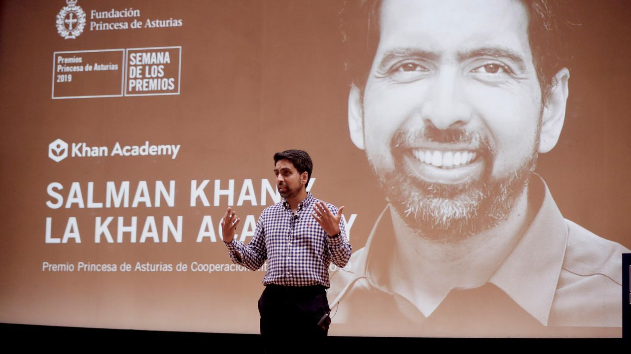 El matemático e ingeniero Salman Khan, Premio Princesa de Asturias de Cooperación Internacional, en un centro escolar de Gijón