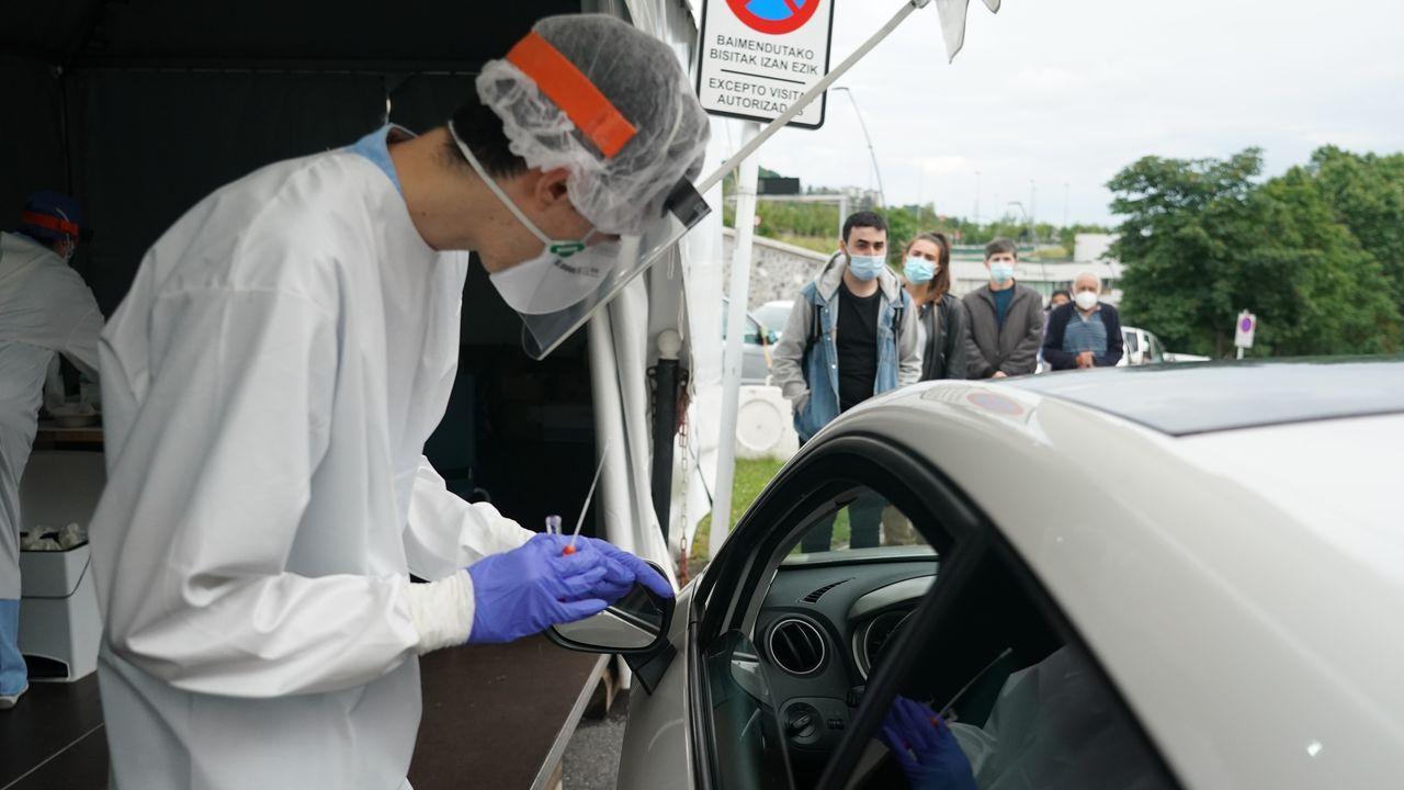Un sanitario realiza un test en la zona habilitada en el Hospital de Basurto, en Bilbao, donde se ha registrado un brote de coronavirus